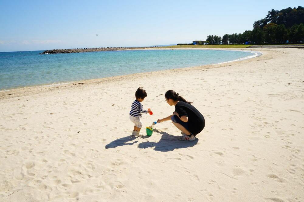 春の小境海岸で砂遊び
