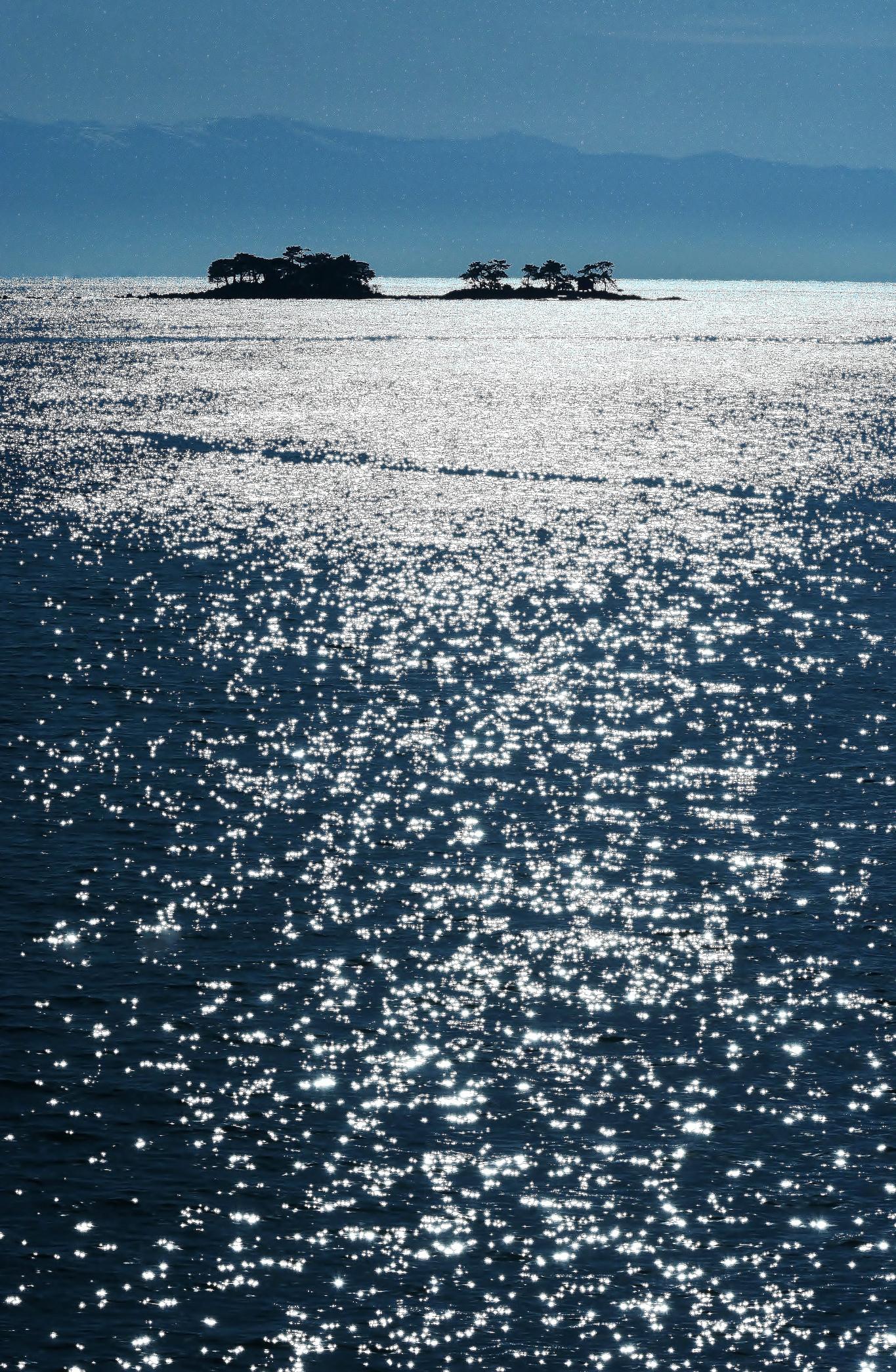 紺碧の海原に浮かぶ虻が島