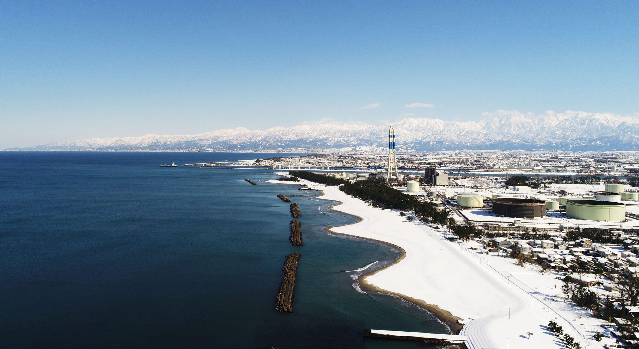 空から見る雪化粧した富山湾と立山連峰